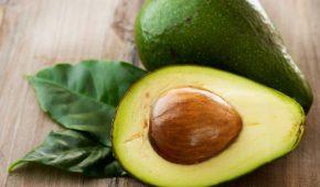 Миниатюра к статье Что делать с косточкой авокадо, можно есть или нужно ее выбрасывать