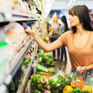 Чтение этикеток на продуктах в супермаркете