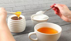 Миниатюра к статье Мед и сахар: оба сладкие, но какой продукт лучше?