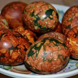 Мраморные яйца луковой шелухе