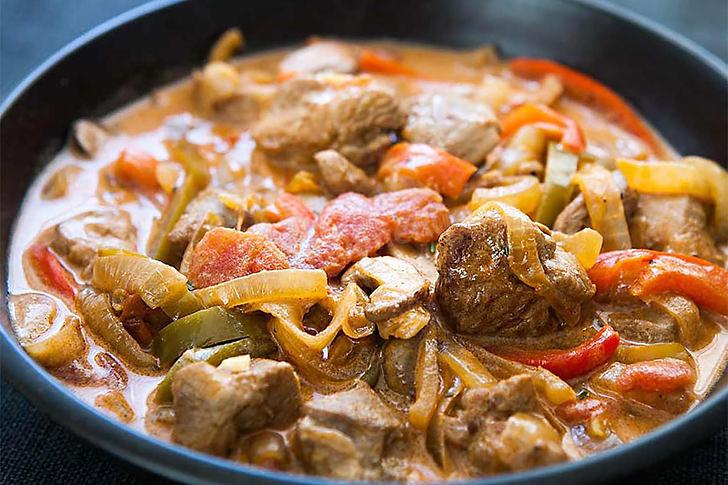 Индейка с овощами в сковороде