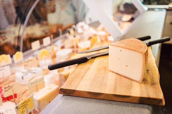 Натуральный сыр на прилавке супермаркета