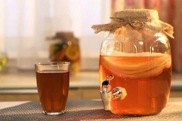 Стакан напитка комбуча