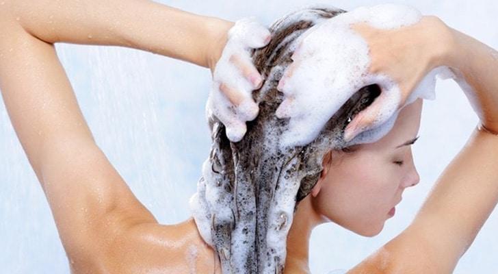 убрать запах лука на волосах