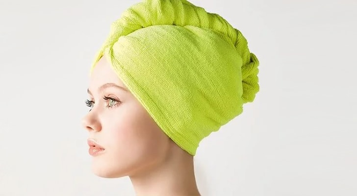 Волосы в полотенце