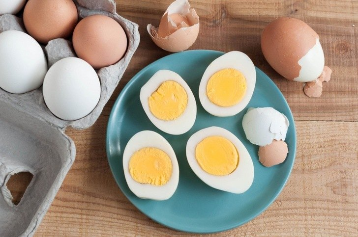 Отварное куриное яйцо
