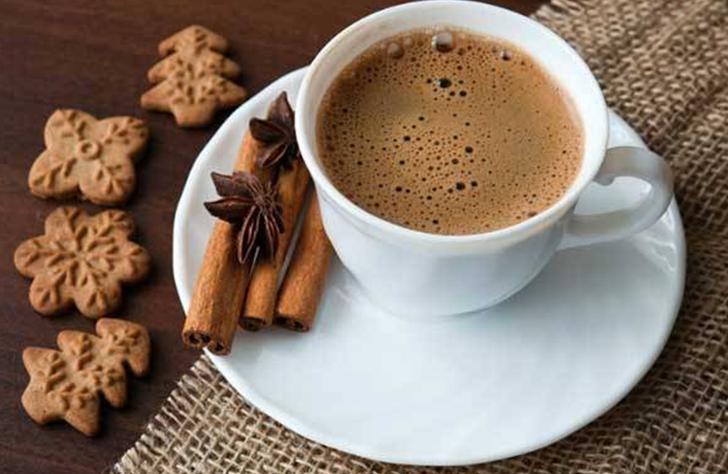 Чашка кофе с корицей и молоком