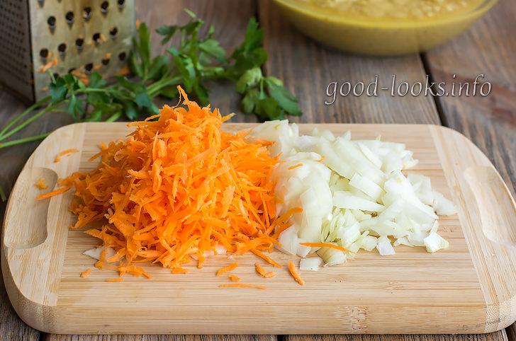 Измельчить лук и морковь
