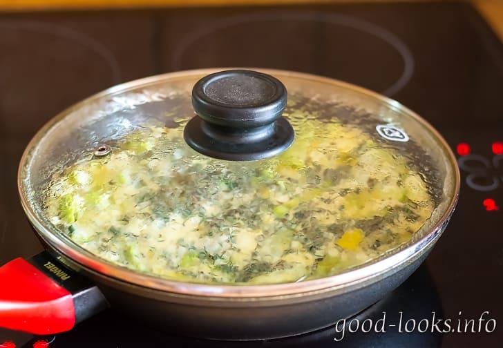 Жарить омлет с кабачками на сковроде
