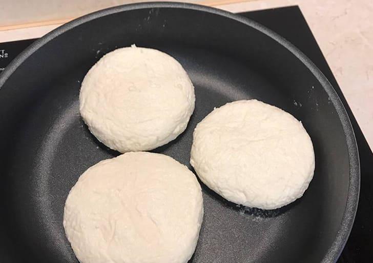 Сырники жарятся на сковороде