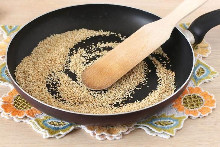 Семена кунжута обжарить на сковороде
