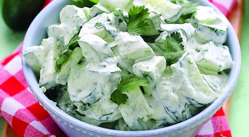 Салат из огурцов, заправленный кефиром