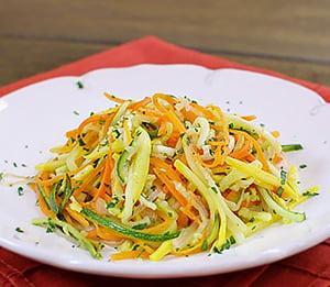 """Салат """"С грядки"""" из сырого кабачка, огурца и моркови"""