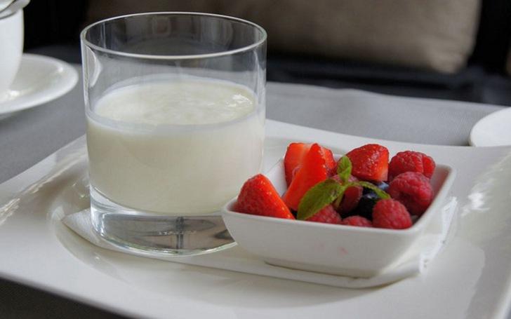 Кисломолочный напиток и ягоды