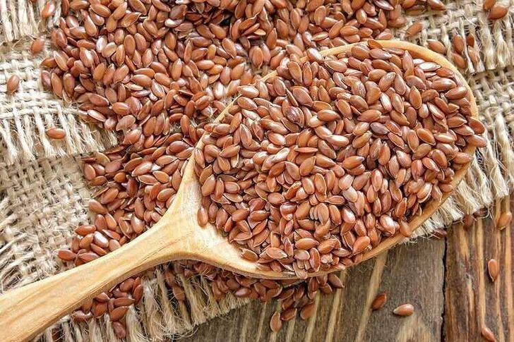 Семена льна в ложке для употребления