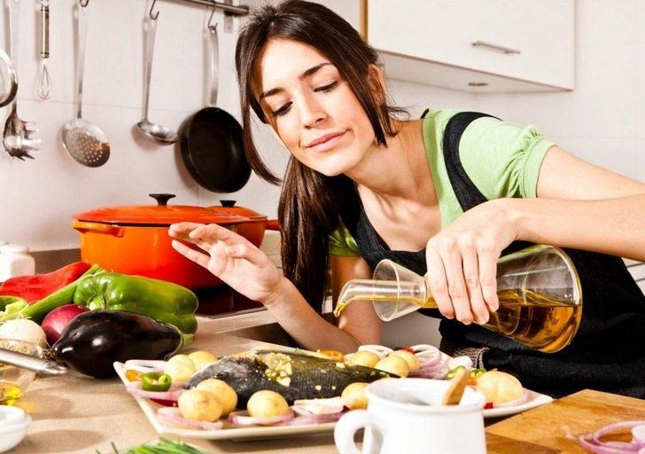 Девушка готовит рыбное блюдо