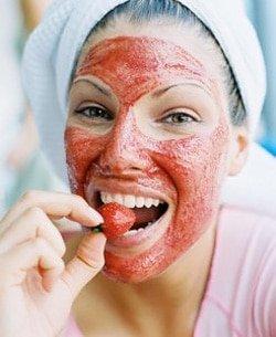 Желатиновая маска с клубникой на лице